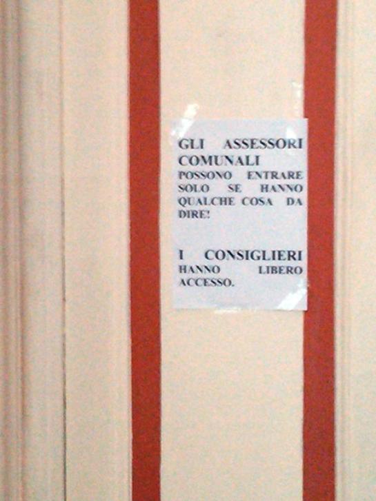 Monito sulla porta del sindaco