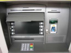 Patteggia cinque mesi per aver prelevato con un bancomat rubato