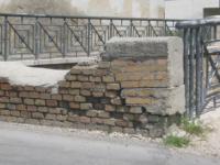 Traballa il muro in via Calderari, pedoni in pericolo