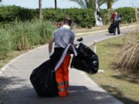 Detenuti al lavoro per pulire dune e pista ciclabile della marina