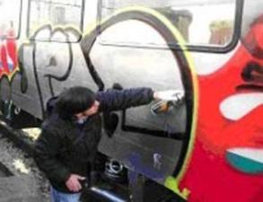 Pizzicato mentre imbrattava vagoni ferroviari, denunciato