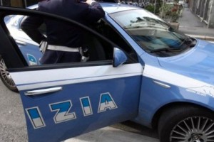 Litiga col padre e aggredisce i poliziotti: arrestato
