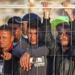 WCENTER 0XLDCHXHBL                Gli immigrati già sbarcati sull'isola di Lampedusa osservano dalle banchine i nuovi arrivi oggi 27 marzo 2011.  ANSA FILIPPO VENEZIA