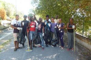 Immigrati puliscono il paese per la festa di Sant'Antonio