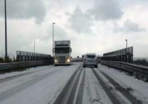 Arriva la prima neve, tir già in panne a Guardiaregia