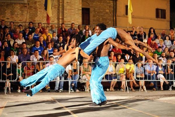 Buskers Festival, Castel del Giudice si prepara all'invasione di acrobati, giocolieri e saltimbanchi