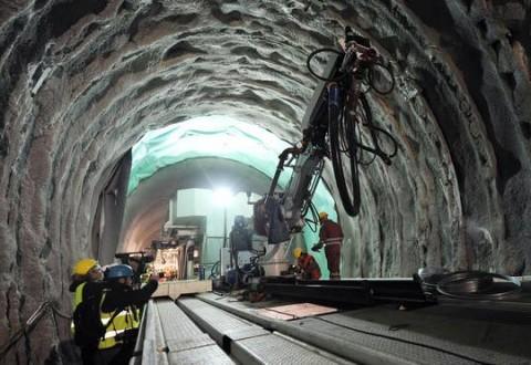Lo stato di avanzamento dei lavori e inizio scavo del tunnel per la linea ferroviaria Torino-Lione nel cantiere TAV a Chiomonte, Torino,12 Novembre 2013 ANSA/ ALESSANDRO DI MARCO