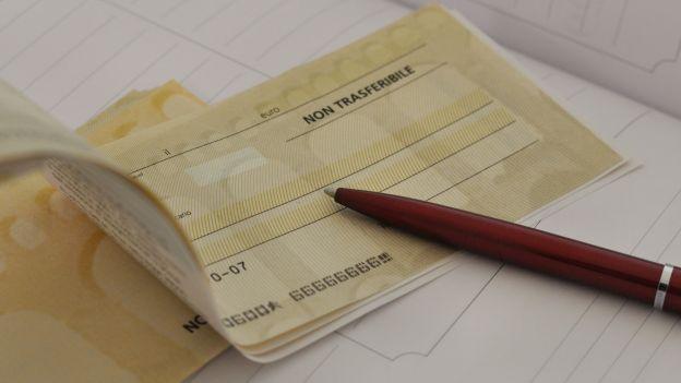 Pagano con un assegno falso, nei guai tre persone