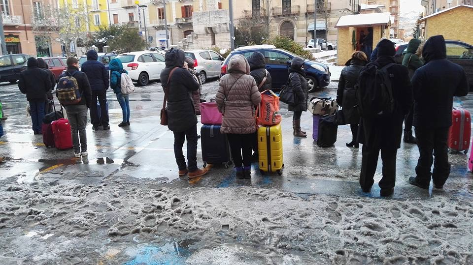Autobus sostitutivi dei treni per Roma, ressa e ritardi