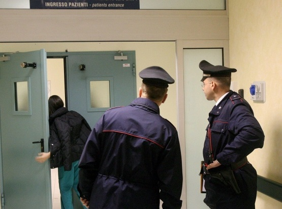 Infermiera killer: uccide paziente con acido cloridrico, arrestata dai Carabinieri