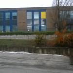 Finestra si stacca dal telaio e crolla sui banchi di scuola