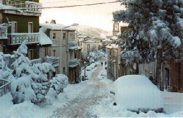 Niente acqua da 5 giorni, a Morrone la popolazione usa la neve per sopravvivere