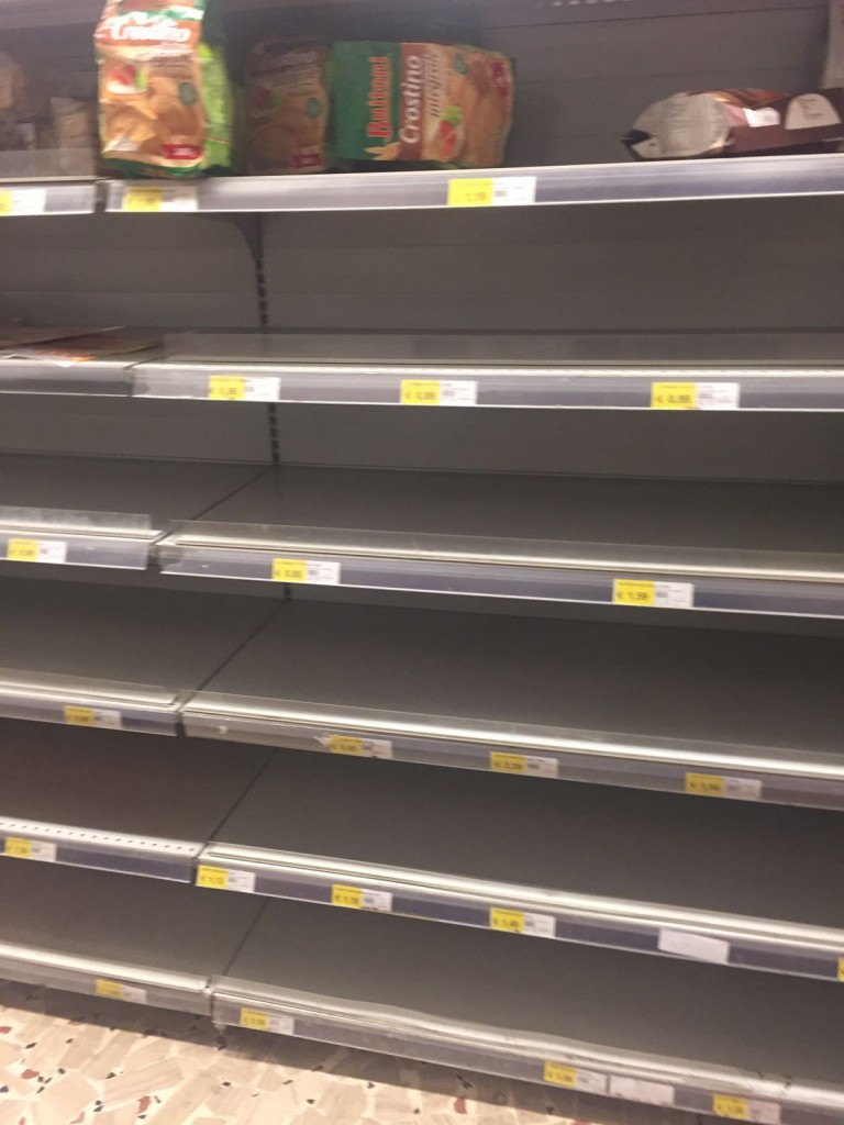 Emergenza neve, scaffali vuoti nei supermercati