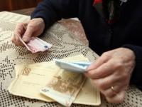 20080325 - PONTEDERA - PISA - FIN - PENSIONI: VELTRONI E BERLUSCONI D'ACCORDO, VANNO AUMENTATE. Una anziana signora controlla i soldi della pensione, oggi a Pontedera (Pisa). ANSA/FRANCO SILVI/DRN