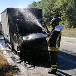 Indiprete, furgone che trasportava prodotti ittici divorato dalle fiamme