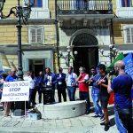Bandiere e dirigenti, il centrodestra dice no al business sui migranti