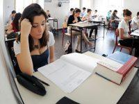Gli studenti durante la terza prova scritta dell'esame di Maturità al Liceo Massimo D'Azeglio, Torino, 25 giugno 2012 ANSA/ ALESSANDRO DI MARCO