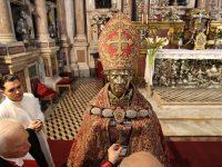 Napoli - 04/05/2013 - Miracolo di San Gennaro: processione del busto di San Gennaro dal Duomo di Napoli alla chiesa di Santa Chiara dove il Cardinale seppe ostenta l'ampolla con il sangue sciolto del santo.