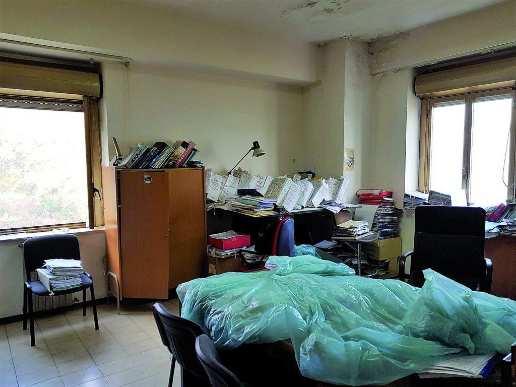 Sesto Campano, nel Comune ci piove: documenti coperti con un telo di plastica
