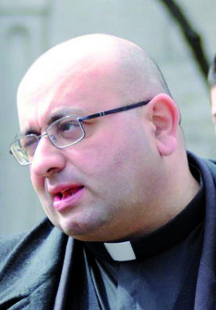 Don Francesco manda due sostituti a benedire le case di Belmonte, i cittadini chiamano i Carabinieri