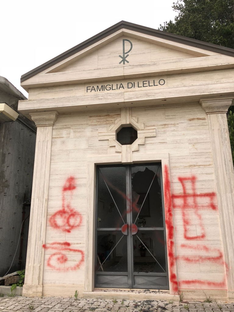 Disegni osceni al cimitero di Pescolanciano, imbrattata la facciata di una cappella
