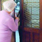 Isernia, badante infedele 'ripulisce' un'anziana: i filmati la incastrano