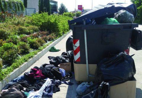 Campobasso, cassonetti passati al setaccio dai migranti: caos e degrado sulle strade