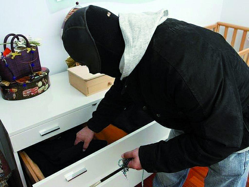 Furto in pieno centro a Isernia, i ladri sfondano la porta e rubano oro e argento