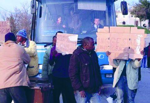 «Il terremoto è un segno degli spiriti maligni», in Abruzzo i migranti sono scesi in strada impedendo l'accesso