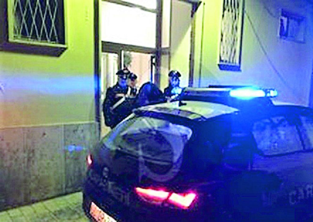 Venafro, sorvegliato speciale sorpreso in giro per i bar prende a calci e pugni i Carabinieri: arrestato