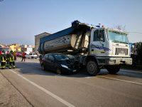 Auto sotto camion, paura a Venafro: giovane ferito