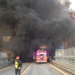 Civitanova del Sannio, auto va a fuoco in galleria: paura e traffico paralizzato
