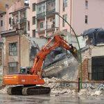 Mezzi in azione a Campobasso, partita la demolizione dell'ex rimessa Enel