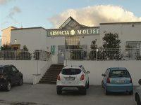 Bucano la parete e fanno razzia di medicinali, colpo alla farmacia di via Calabria a Campobasso