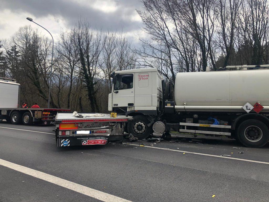 Pesche, tamponamento tra Tir sulla statale: tre feriti e traffico paralizzato