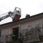 Fulmine cade su una casa a Tavenna, in fiamme l'abitazione