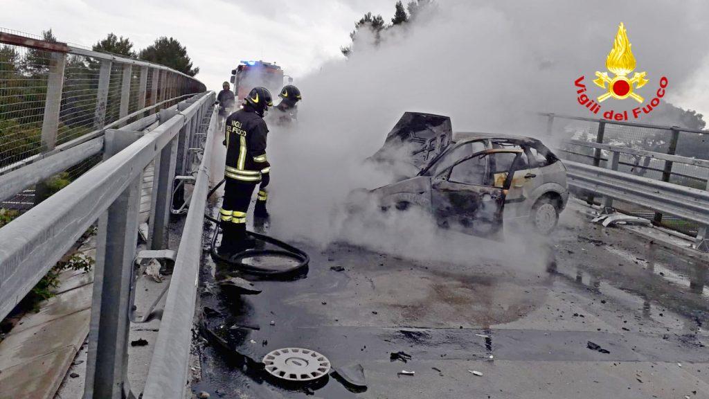 Termoli, finisce contro un muretto e la sua Ford prende fuoco