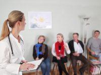 Ärztin im Wartezimmer mit Patienten
