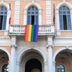 Sulla facciata del Comune sventola la bandiera rainbow, a Campobasso è il giorno del Pride