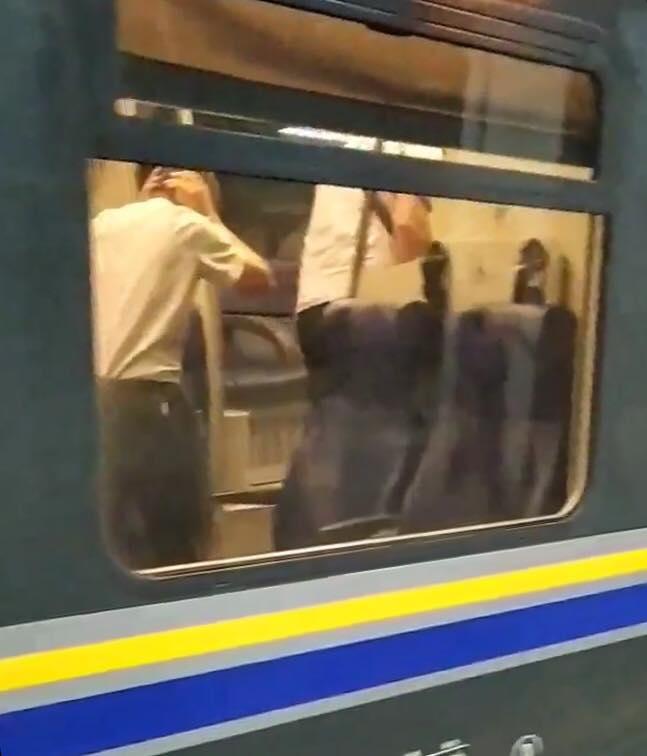 Scoppia un tubo sul treno, passeggeri storditi