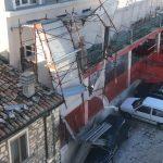 Paura a Ferrazzano, crolla l'impalcatura e danneggia un'auto in sosta