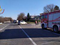 Paura sulla statale 17: due auto si scontrano, feriti e traffico in tilt