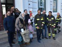 """Delirio in piazza Monumento a Termoli, arriva la """"vecchia con la scopa"""""""