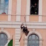 Campobasso, a Palazzo San Giorgio arriva la Befana: la magia si rinnova grazie ai Vigili del fuoco