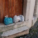 Scempio nel centro storico di Venafro, immondizia ovunque