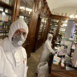Tuta e mascherine in farmacia, «ci proteggiamo per proteggervi»