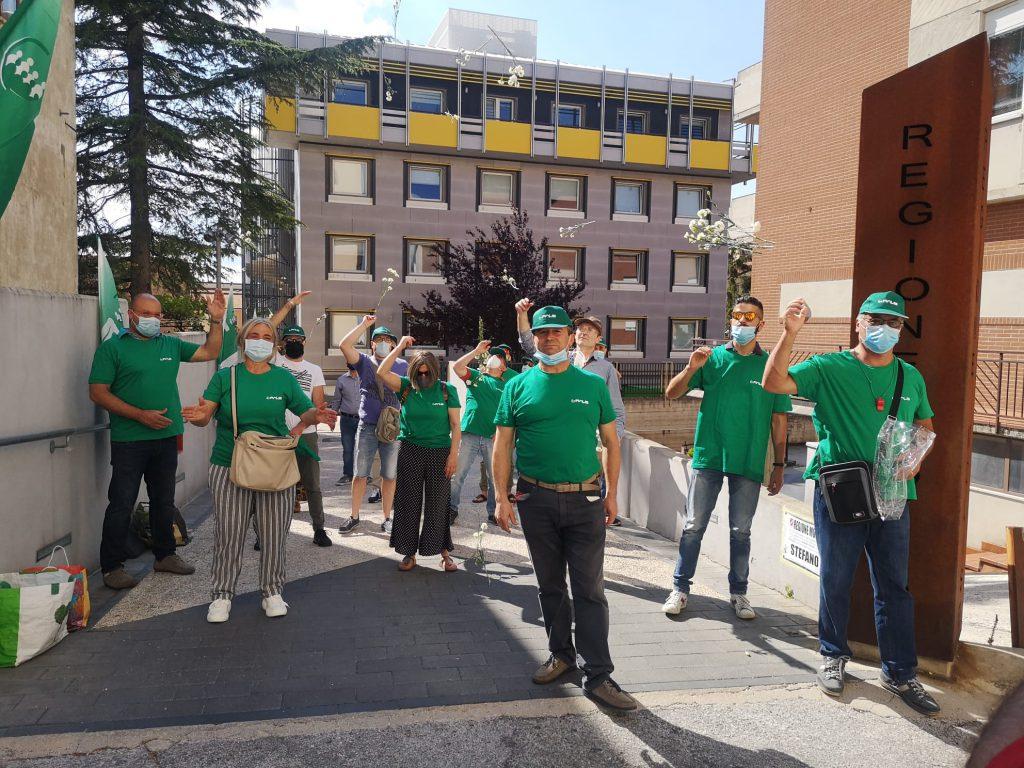 Li chiamano eroi ma solo a parole: flash mob Fials sul bonus ancora fantasma