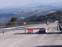 Un varco nella barriera sul Sente, transito clandestino sul ponte chiuso da quasi due anni