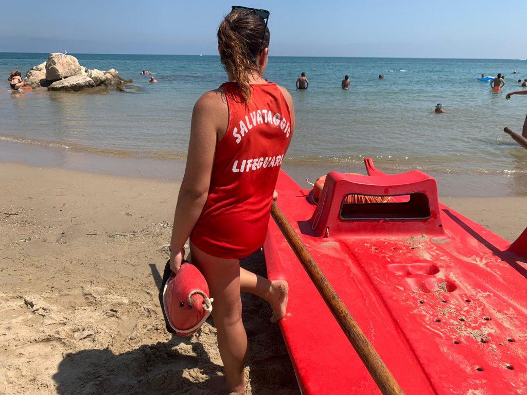 Campomarino, una 35enne finisce nella buca in mare: salvata dal bagnino
