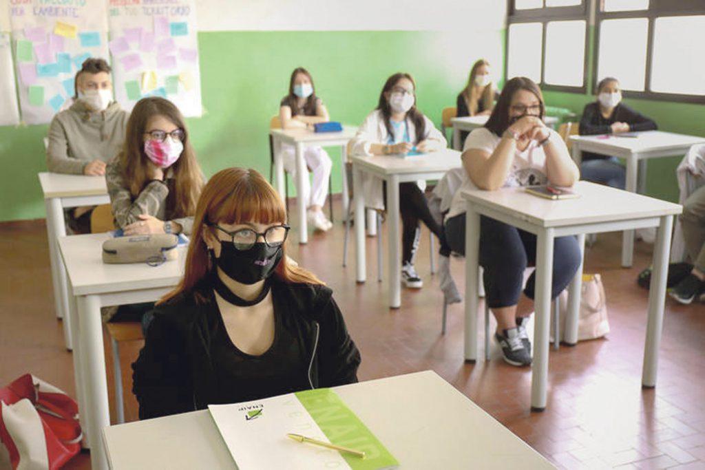 Emergenza Corona Virus. Fase 2. Istituto professionale Enaip. Studenti in classe per la preparazione degli esami di fine corso. Mascherina anti contagio.    10 Aprile  2020. Conselve (Pd)  ANSA/NICOLA FOSSELLA